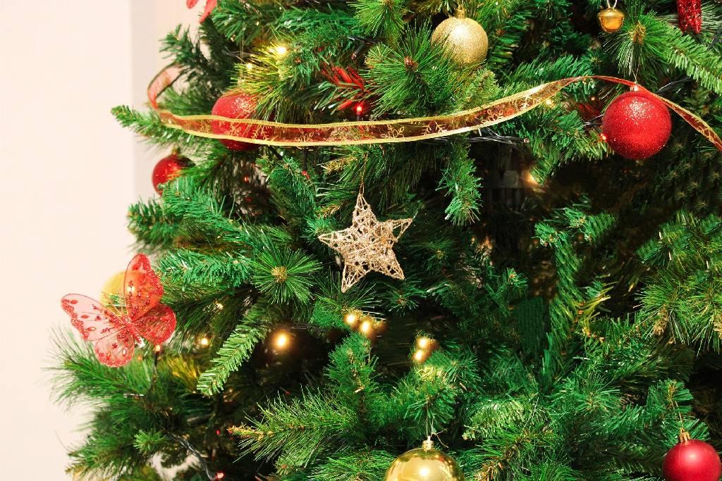 Ozdobený umělý vánoční stromeček