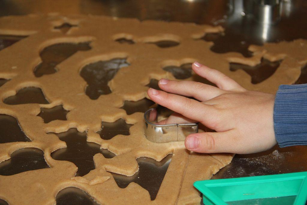 Vykrajování tvarů z těsta děti velmi baví