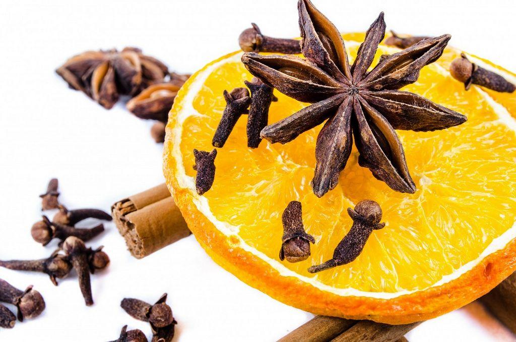 Hřebíček, skořice a pomeranč